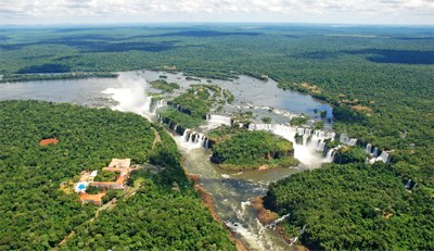 Fotografia aérea mostra as cataratas do Iguaçu, cercadas de mata nativa